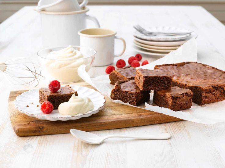 Her har du en superenkel og saftig grunnoppskrift på brownie. Du topper desserten ved å piske Piano Fyldig Vaniljesaus til krem og serverer ved siden av kaken.