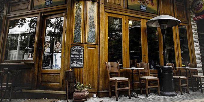 Ξετρυπώνουμε όλα τα στέκια στην ανερχόμενη πλατεία Βαρνάβα και απολαμβάνουμε καφέ, ποτό, ζωντανή μουσική και νόστιμους μεζέδες στο εναλλακτικό Παγκράτι.