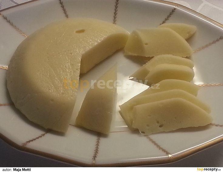 Do hrnce rozdrobíme tvaroh, zalijeme mlékem a přivedeme těsně pod bod varu. Přidáme citronovou šťávu (ne citronku!) a hrnec odstavíme z plotny....