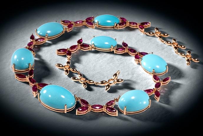 COLECCION LUCES Y ACCION: Collar de oro rosa y turquesas cabujón, combinado con rubíes talla navette. #joyeriabarcelona #joyeriaroca #joyas #piedraspreciosas #collares #anillos #pulseras