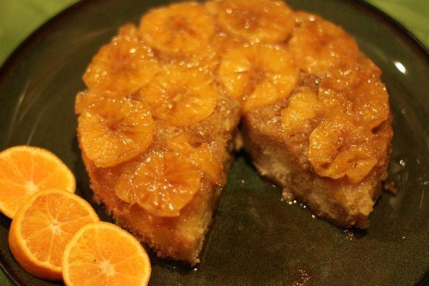 Τα πορτοκάλια Ναβαλίνα έκαναν και φέτος την εμφάνισή τους στα μανάβικα. Η χοντρή, λεία φλούδα τους είναι ιδεώδης για γλυκό του κουταλιού. Εγώ, όμως, προτίμησα να κάνω την αγαπημένη μας πορτοκαλόπιτα, που μας κλείνει γλυκά το μάτι καθημερινά, την ώρα του πρωινού.