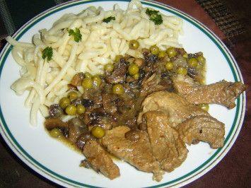 Vepřové na houbách shráškem je jídlo vonící poctivou domácí kuchyní. Měkké plátky trochu nevýrazného vepřového báječně provoní použité máslo, houby a cibule. Chuťový akord doplní jemně nasládlý hrášek. Vepřové na houbách s hráškem nejen výtečně chutná a hezky vypadá. Třebaže se jedná o tradiční úpravu, zcela odpovídá současným nutričním požadavkům na pestrou, vyváženou stravu. Houby z lesa i z pěstírny Vepřové na houbách shráškem připravujeme zkvalitního vepřového masa. Dobře se hodí…