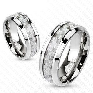 DES REFLETS NACRÉS  Un anneau mixte aux arêtes affinées coupées en dénivelé, en titane haut de gamme, qui se porte en alliance à deux ou seulement pour son pl...