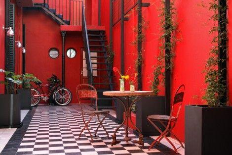 Una colecci�n de muebles recuperados en un hotel de Buenos Aires