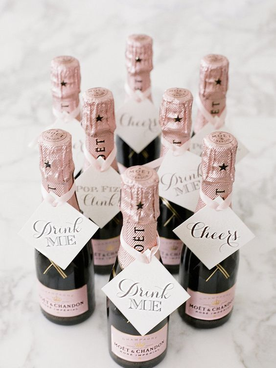 Moet Chandon para una boda en pink blush. Moet mini champagne bottles match a pink blush wedding.                                                                                                                                                                                 Más