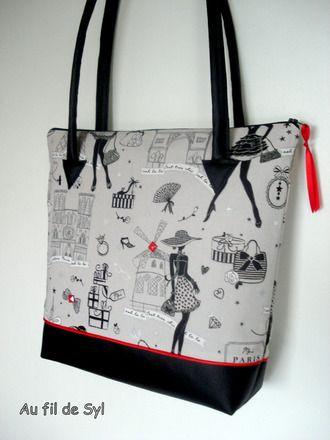 Ce sac cabas est confectionné avec du très joli tissu gris moi Paris la petite robe noire partie haute et du simili cuir noir partie basse.Les deux parties sont réunies par un p - 11205575