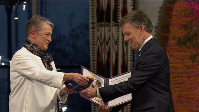 Alla cerimonia di consegna del Nobel l'amica del musicista ha intonato 'A hard rain's a-gonna fall' ma ha dovuto riprendere