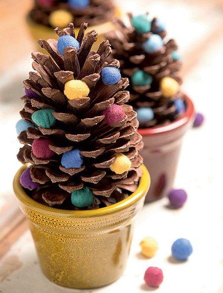 Em vasinhos e com bolinhas de feltro, as pinhas ganham status de miniárvores e podem decorar um aparador ou até mesmo a mesa da ceia (Decoração de Natal   Christmas decor)