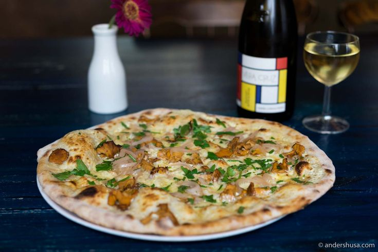 Discover one of the best spots for pizza in Stockholm. Pizza Hatt serves ten different sourdough pizzas and a monthly special – paired with natural wines and craft beer.