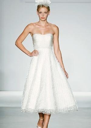 Vestidos em comprimento midi dão visual retrô à noiva; veja algumas opções de modelos - Casamento - UOL Mulher