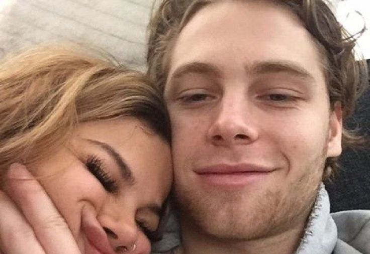 5SOS Luke Hemmings Surrounds Himself with Sexy Ladies After Arzaylea Split