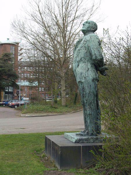 Beeld van Albert Plesman aan de Plesmanweg Den Haag oprichter KLM.