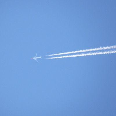 Na jakiej wysokości zazwyczaj latają  samoloty pasażerskie podczas lotów na duże odległości? około 10 km.