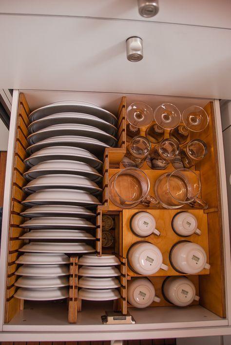 Geschirrschublade mit bruchsicherer Einteilung in mehreren Ebenen