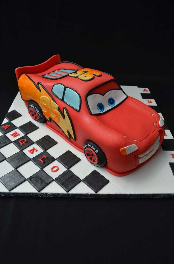 """Vi posso assicurare che è stato più facile assemblare la torta che sistemare il tutorial! Ma ci tenevo tanto a farvi un """"regalo"""" che spero sia gradito per chi vorrà cimentarsi nella realizzazione di una torta scolpita di Saetta McQueen, protagonista del film d'animazione Disney-Pixar, Cars. Ho usato una base al cioccolato perché, secondo me, …"""