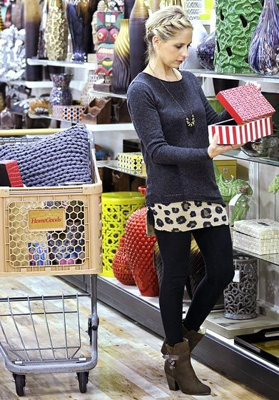 Sarah Michelle Gellar browses the wares at a HomeGoods store.