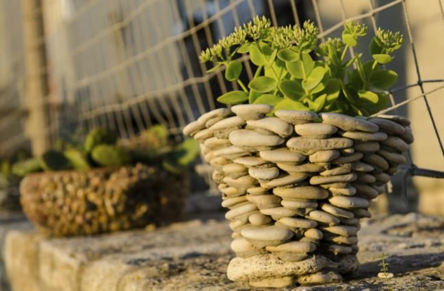 Con un recipiente de molde y uniendo piedras con cemento, podés realizar tu propia maceta original. ¡Perfecta para exteriores! >> 9 macetas recicladas que podés hacer vos misma