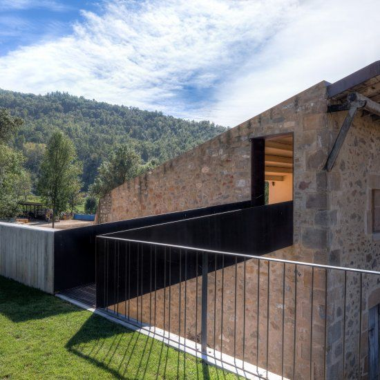 Farm Surroundings is a farm barn refurbishment with simplicity, located in Girona, Spain, designed by Arnau Estudi d'Arquitectura.