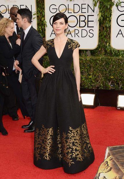Todos los vestidos de los Globos de Oro. Julianna Marguiles, Alicia Florrick en The Good Wife, apuesta (y acierta) con este vestido negro y dorado con escote en pico de Andrew Gn.