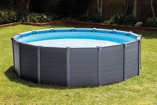 Une piscine hors sol graphiteDeux heures à peine sont nécessaires pour monter cette piscine hors sol de 4,39 m de diamètre! Avec son habillage PVC coloris gris anthracite et son liner triple épaisseur, elle apporte une touche de modernité au jardin. Elle est dotée d'un filtre à sable, d'un skimmer de surface pour aspirer les impuretés, d'une bâche de protection et d'un tapis de sol. Graphite, 999€, Intex.