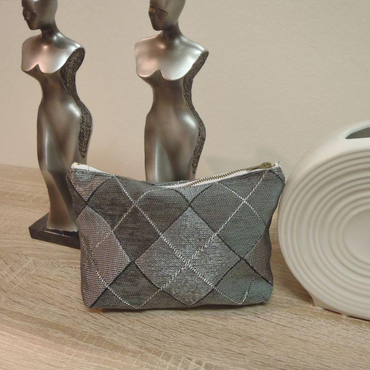 No.VI - Oslo - stříbrná Kosmetická taška - pouzdroje ušito z luxusní tkaniny Oslo, vhodná do kabelky na kosmetiku či doklady. Zapínání na zip. Na vnitřní straně jsou 2 kapsičky. Látka je naimpregnovaná. Rozměry: délka 19cm, výška 12cm, šířka 4cm. Materiál: směsová tkanina, bavlněné plátno. Možno prát na 30 st.C.