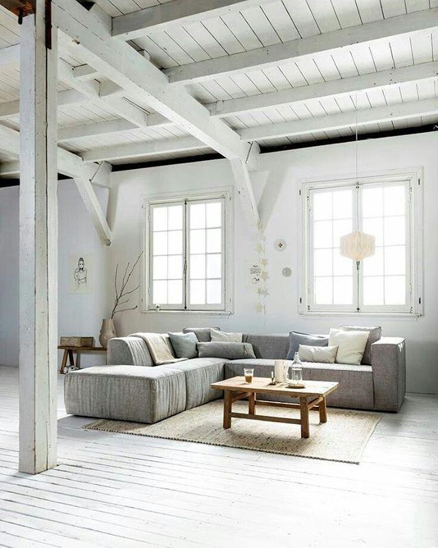 Vloer van de #oudeplank wit geschilderd. #reclaimedwood #wittevloer #oudevloer #lichtevloer #dakbeschot #interiors #homesweethome #whitefloor #inspiratie #inspiratieopdoen #trendy