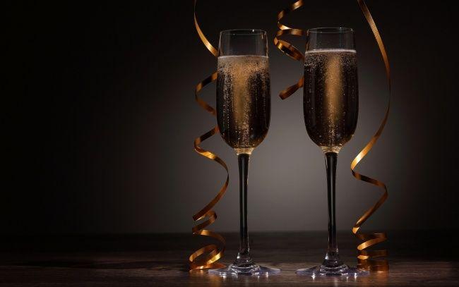 Обои картинки фото праздничные, угощения, серпантин, шампанское, пара, бокалы