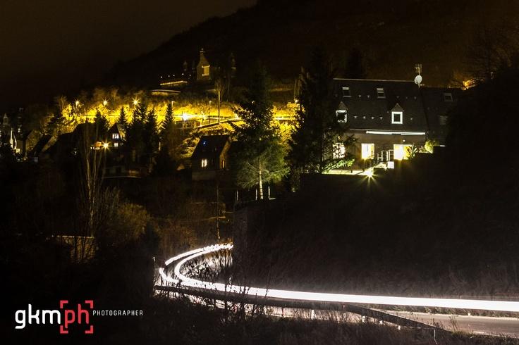 os coches pintan la carretera hacia los pueblos, con las luces de las casas encendidas, esta es la fotografía escogida para 326#366fotos http://gorkamartinez.blogspot.com.es/2012/11/326366fotos.html