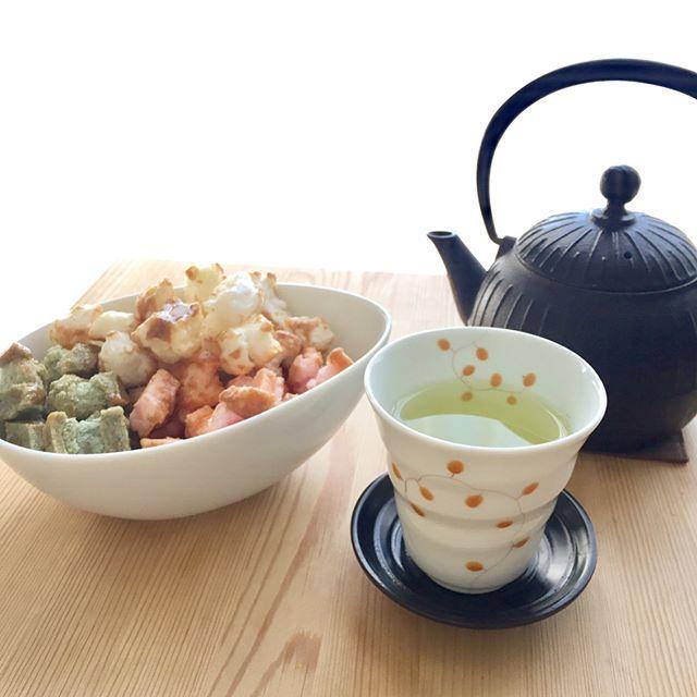 3月10日晴れ☀️ 本日のチャップ&私 今日もチラリと読んで頂きありがとうございます♪ . 身体リセット(今日から まずは1週間) 朝は身体リセット用に大鍋一杯作った燃焼スープ *お腹すいて仕方ない時は春雨とか豆腐とか+ . リセット週間と云いつつ我慢がダメな私 (昨年11月から4キロ痩せて5キロ リバウンド中💦) . ひな祭りの菱餅を細かく切って自然乾燥し、揚げて、 砂糖醤油で軽く絡めた揚げ餅 止まらなくなるので小皿に小分けしてウマウマ💕 . あれ?チャップ君 何か気になるの?ん? . さて 明日は家のご用があるから今のうち支度しよう⤴︎ . 花金♪華金♪よい週末をお過ごしください☺️ . #自分日記#愛猫#猫#チャップ#今日は私の方#揚げ餅好きだわぁ#食べ過ぎは×#身体リセット#今度は焦らず#感謝#良い毎日
