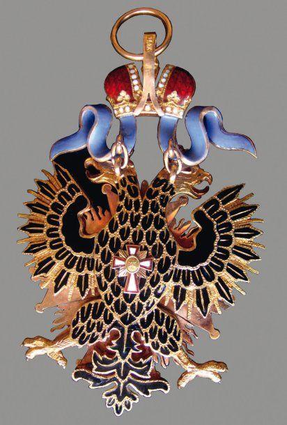Insigne de l'Aigle Blanc. Or par Keibel. 91 mm (sans la bélière). Marquages: A.K ( Albert Keibel : 1882-1910) sur la bélière de la couronne. Poinçons: 56 et marque de SPB d'avant 1899 ainsi que A.K sur les serres de l'aigle. Poinçon de contrôle étranger sur l'anneau de bélière. Vendu aux #encheres le 13/11/08 par Lombrail-Teucquam