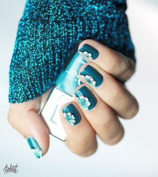Дизайн ногтей акриловыми красками, яркий бирюзовый маникюр с рисунком цветка