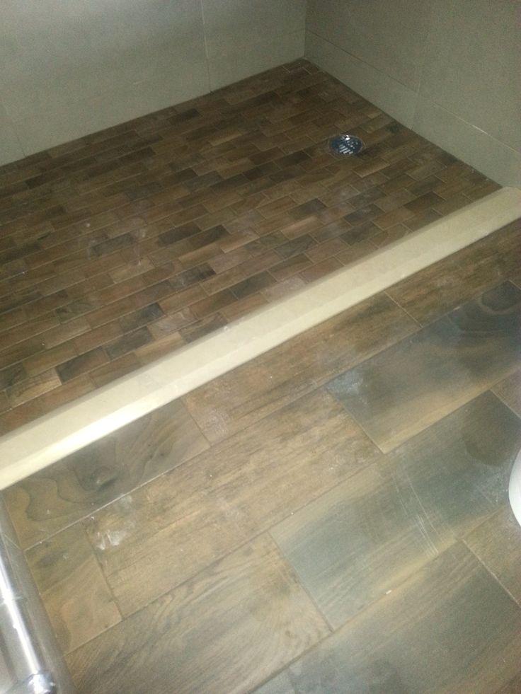 Piso de ba o en losa integral 6 x20 combinado con piso de for Pisos de marmol para bano