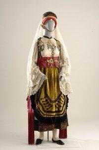 Νυφιάτικη ενδυμασία Αγίας Αννας Εύβοιας Η φορεσιά -στην τοπική ορολογία- ονομάζεται το καλό σιγκούνι. Κύριο χαρακτηριστικό της είναι τα επάλληλα πουκάμισα. Τα κεντήματα στο μεγάλο πουκάμισο, υποδηλώνουν την ηλικία και την οικογενειακή κατάσταση της έγγαμης γυναίκας. Σε ένα από τα πουκάμισα ή σε ειδικό μπούστο ράβονται οι μάνικες, συνήθως μεταξωτές λευκές, με κεντήματα ή δαντέλες. Το σιγκούνι είναι λευκό με μαύρα μεταξωτά σιρίτια και πρωτοφοριέται την ημέρα του γάμου. Το καντέμι, μεγάλο…