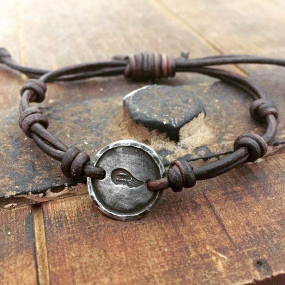 Id de bracelet cuir argent Angel Wing main étain par DESIGNbyANCE