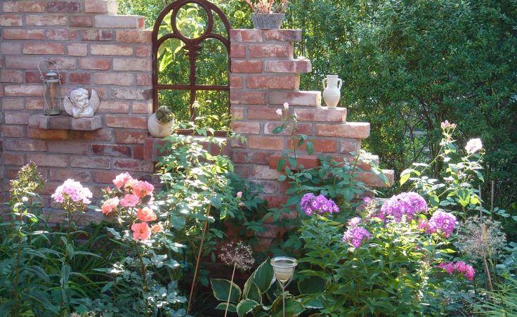 Ein schmiedeeisernes Fenster, an dem ganz offensichtlich der Zahn der Zeit genagt hat, ist ein schönes Bauelement für eine Gartenruine