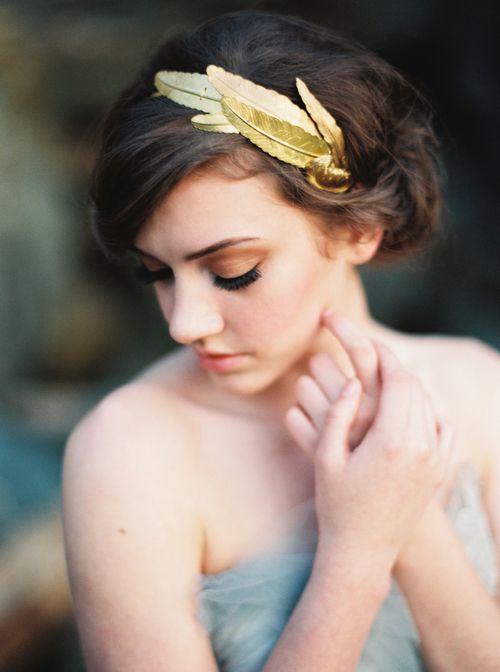 Plumas doradas para este #tocado de Erich McVey