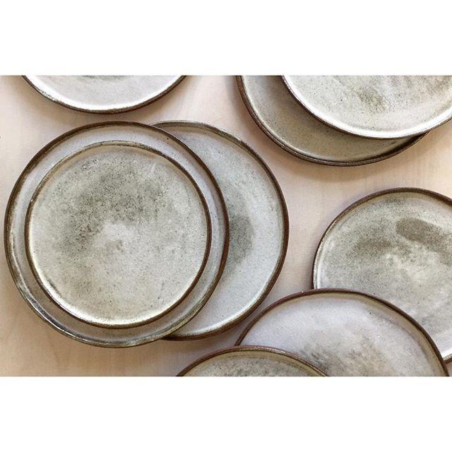 Tallerkner #keramik#stentøj#tallerken#håndlavet#claragewecke#c_for_ceramic#kunsthåndværk#rå#design#craft#handmade#ceramics#tableware#plate#rød#brun#råt#ler#hvid#lys#glasur