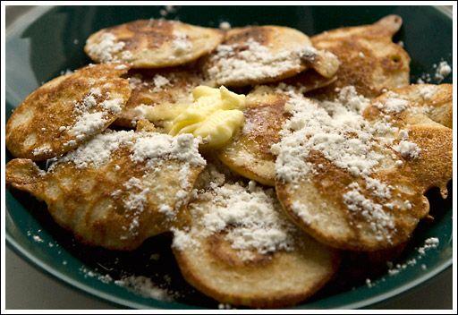Eine typisch niederländische Spezialität sind poffertjes: eine Art Mini-Pfannküchlein aus einer Mischung aus Weizenmehl und Buchweizenmehl. Am besten gelingen sie in einer speziellen Pfanne - der poffertjespan.