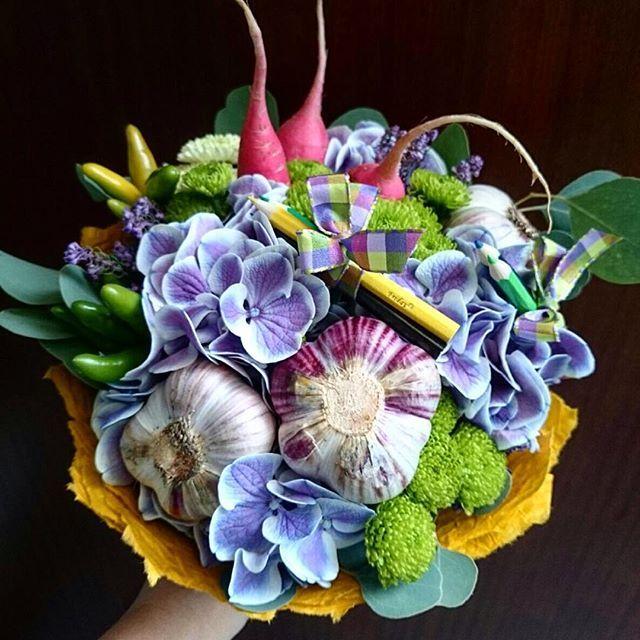 Букет с начинкой из овощей и фруктов обязательно поднимет вам настроение! В этом букете- редиски с чесноком) #простоцветы  #flopoint  тел 2679760 океанский пр- т 70