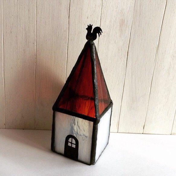 ステンドグラスで作ったこびとさんの小さなお家。屋根の上には風見鶏。お天気や照明によって様々な表情を見せるステンドグラス。夜にはキャンドル型のライトをつけて、あ...|ハンドメイド、手作り、手仕事品の通販・販売・購入ならCreema。