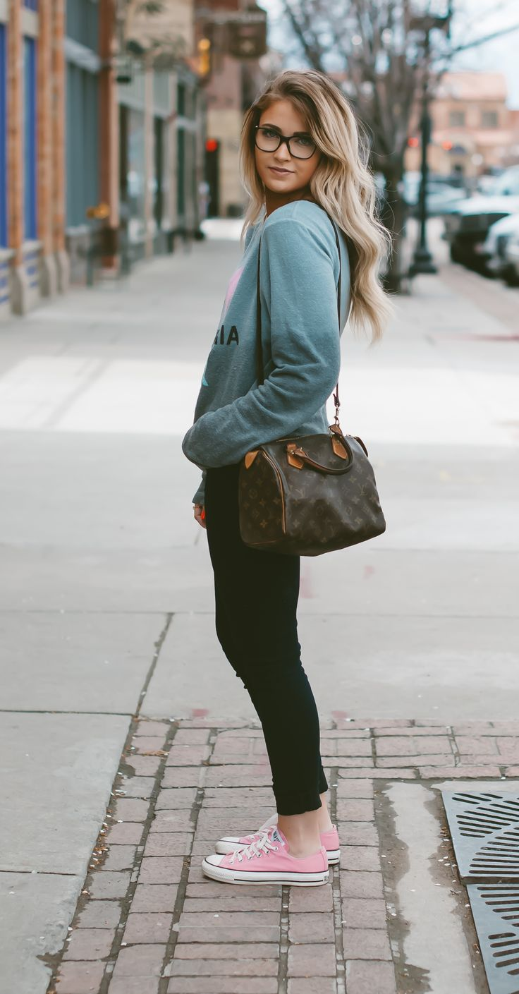 Casual look | Sweater, black skinnies and pastel pink Converse:
