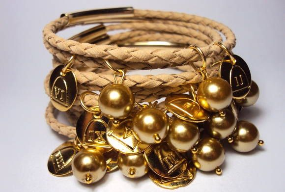 Pulseira em couro tressé nude e pérolas de vidro douradas com medalhas dos dez mandamentos. R$ 49,00