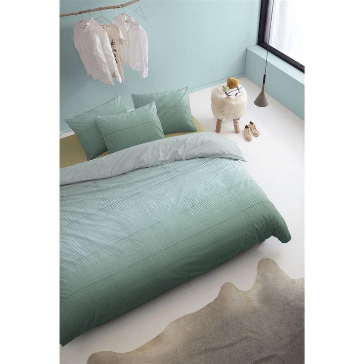 Breng rust in je slaapkamer met het Netting dekbedovertrek van Damai! Door het zachte kleurverloop en het verfijnde ruitmotief is dit overtrek nét dat beetje spannender dan een effen overtrek. Bovendien voelt het zachte satijn heerlijk luxe aan.