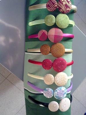 Hairbands made with fabric buttons - Cerchietti realizzati con bottoni foderati di stoffa - If you want to see how to create them: http://feltrosenzafiltro.blogspot.it/2012/04/tutorial-1-come-creare-bottoni-di.html