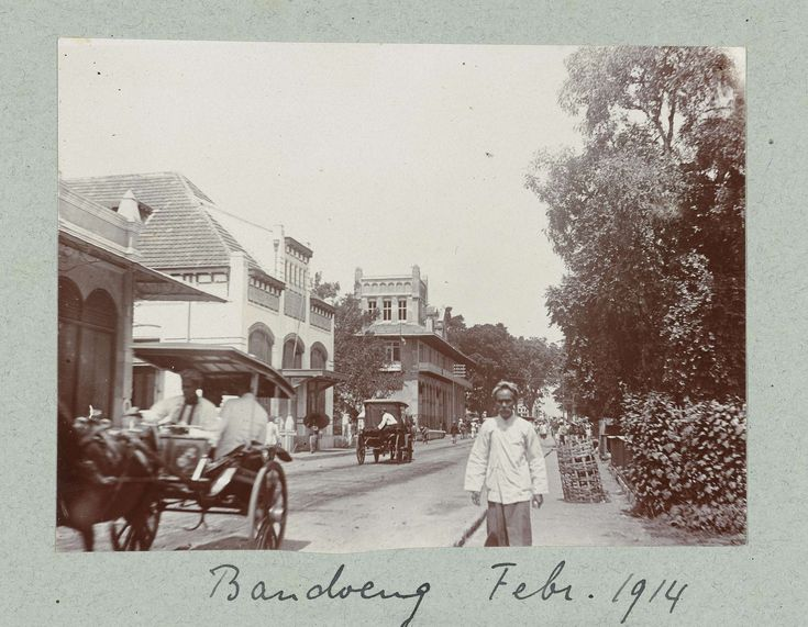 Straatgezicht in Bandung., attributed to Frits Fontein Fz., c. 1912