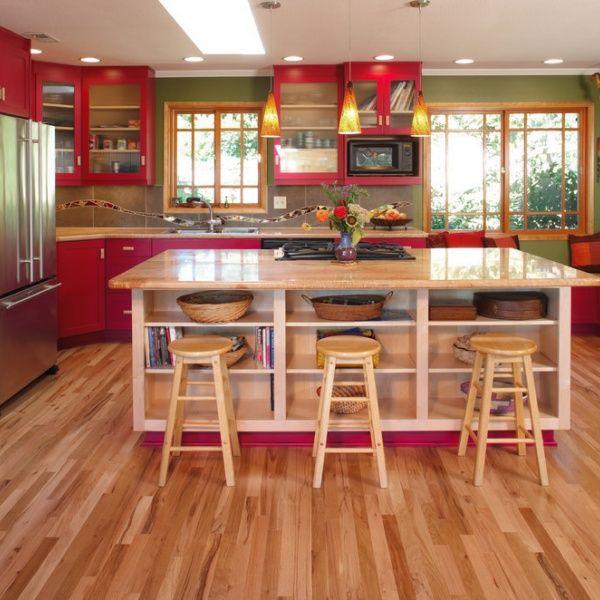 チェリーレッドの作り付けの棚にオリーブグリーンの壁が、無機質な感じが無くとってもオシャレで華やかなキッチンです。真ん中の作業テーブルも広くて使いやすいです。