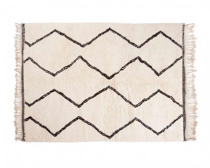 Un tapis de Béni Ouarain, ou berbère, dans la tendance scandinave: on retrouve ses motifs géométriques, noirs et blancs très épurés, tout en conservant un look ethnique. Pour une déco tendance et équitable! Dès 230€ sur www.sukhi.fr