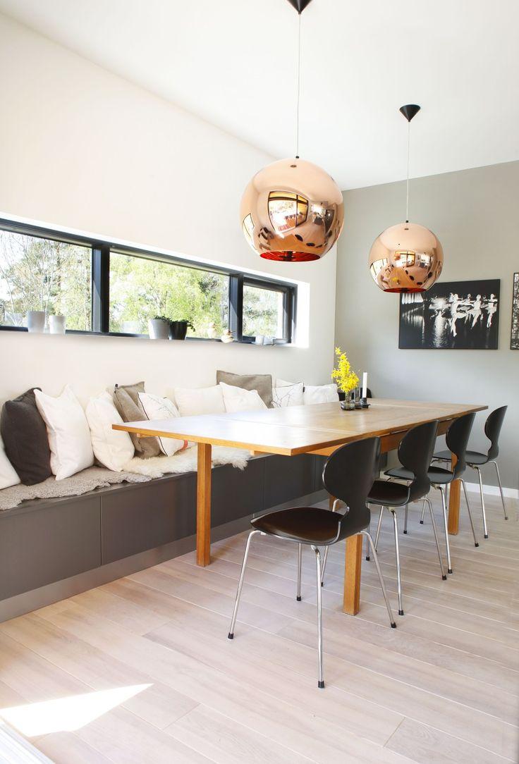 Sittebenk ved kjøkkenbordet bestående av kjøkkenskuffer med puter på