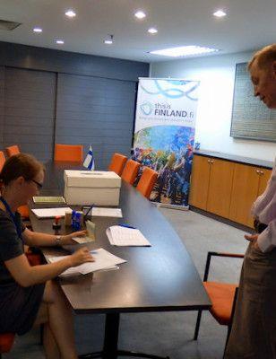 Kulkuri äänestää vaikka seitsemän meren takaa. Näin tapahtuu äänestäminen Kuala Lumpurissa, Suomen suurlähetystössä.