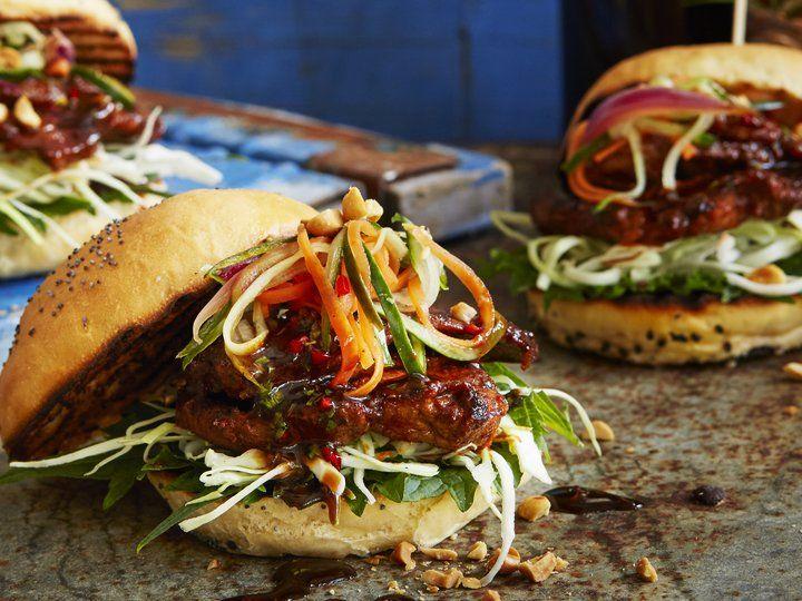 Asiatisk hamburger - nakkekoteletter og syltede grønnsaker